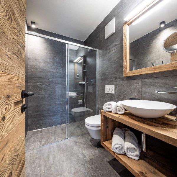 web-1080-obergluniger-doppelzimmer-badezimmer.jpg