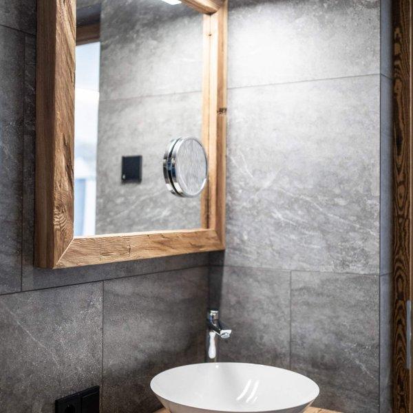web-1081-obergluniger-doppelzimmer-badezimmer.jpg