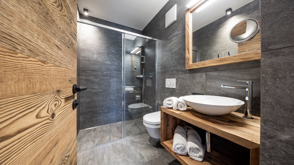 web-1080-obergluniger-doppelzimmer-badezimmer_1.jpg